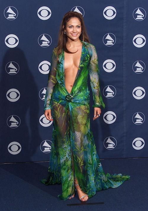 Versace hồi sinh váy nổi danh của Jennifer Lopez - 1