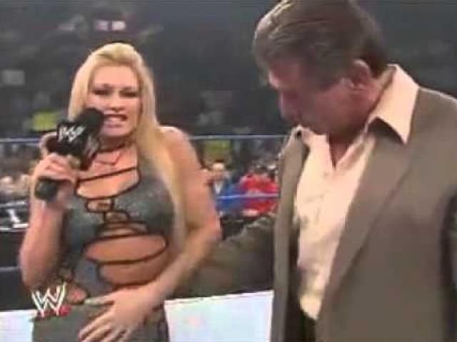 """Góc """"đỏ mặt"""" WWE: Nam đô vật """"đục tường"""" nhìn trộm đồng nghiệp nữ"""