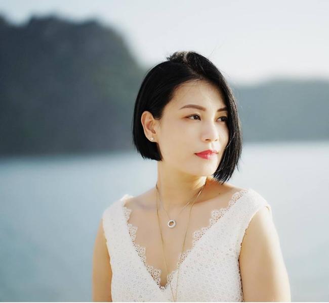 """Sau hơn chục năm kết hôn, nhan sắc bà xã Xuân Bắc ngày càng """"lên hương"""". Nhiều fan bình luận trông cô đẹp, sắc sảo, cá tính và kiêu sa hơn cả thời con gái."""
