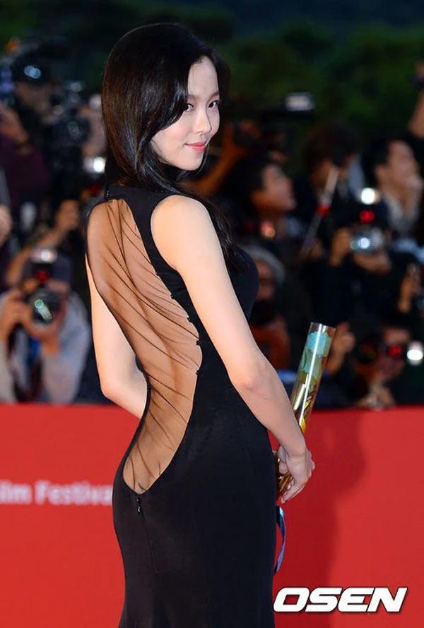 Bí mật về bộ váy lộ vòng 3 gây sốc nhất lịch sử thảm đỏ Hàn Quốc - 1