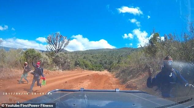 Video: Đang đi đường bị băng đảng cầm mã tấu chặn cướp ở Kenya - 1