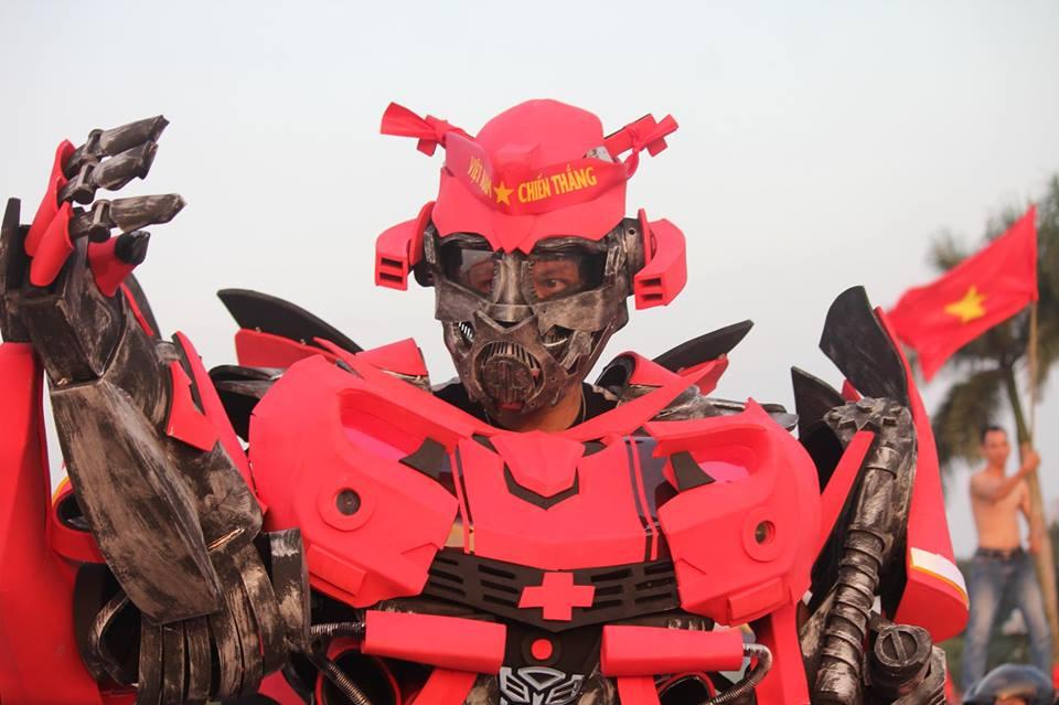 """Robot khổng lồ, """"người đầu rồng"""" tới Mỹ Đình """"tiếp lửa"""" đội tuyển Việt Nam - 1"""