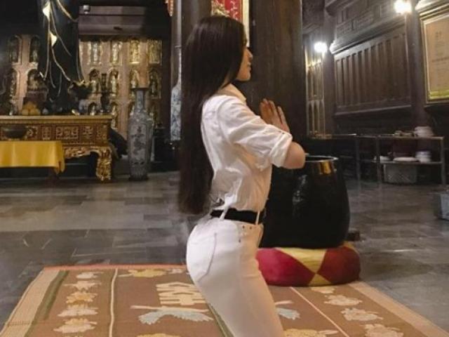 Thư Dung bị chỉ trích vì tạo dáng uốn éo phản cảm khi đi chùa