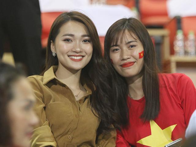 """Dàn bạn gái hot girl của ĐT Việt Nam """"sáng rực"""" ở sân Mỹ Đình"""