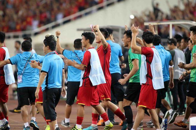 ĐT Việt Nam vào chung kết AFF Cup: Quang Hải đổ gục sau chiến thắng - 1