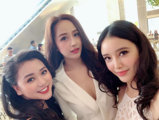 Mới đây, Mai Phương Thúy chia sẻ ảnh chụp cùng 2 cô em gái khi đi dự đám cưới của người thân. Nhan sắc của hai bóng hồng này lập tức gây chú ý của khán giả.