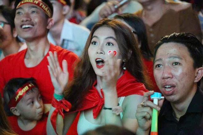 Fan girl gợi cảm nổi bật phố đi bộ với khoảnh khắc vỡ òa chiến thắng - 1