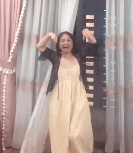 VN vào chung kết AFF Cup: Mẹ Chi Pu nhảy múa ăn mừng khiến con gái choáng - 1