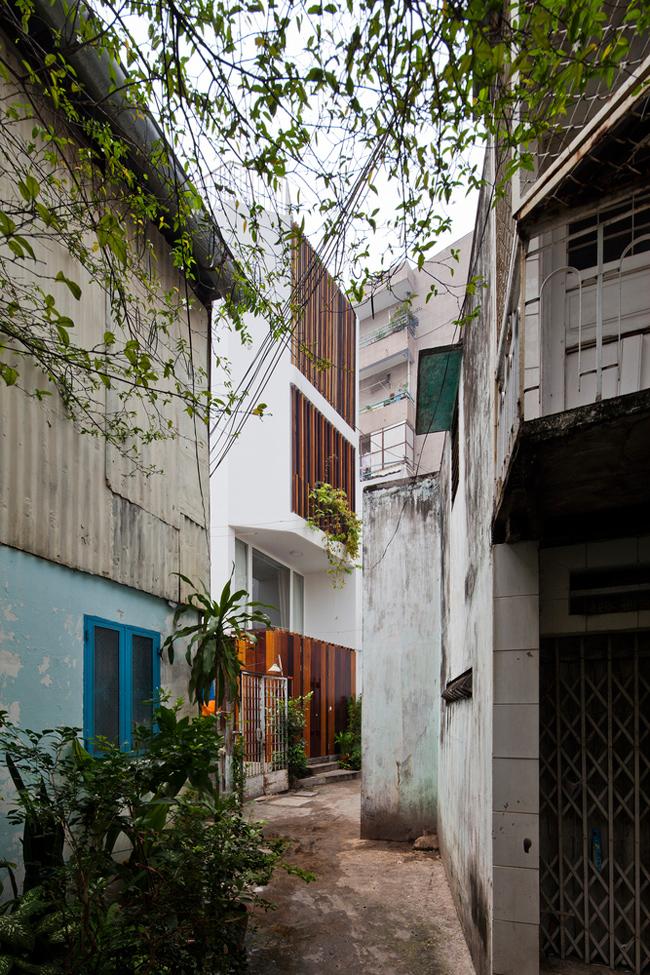 Căn nhà tọa lạc trong một hẻm nhỏ và hẹp ở quận Phú Nhuận, một trong những con ngõ điển hình ở những khu dân cư đông đúc của Thành phố Hồ Chí Minh.