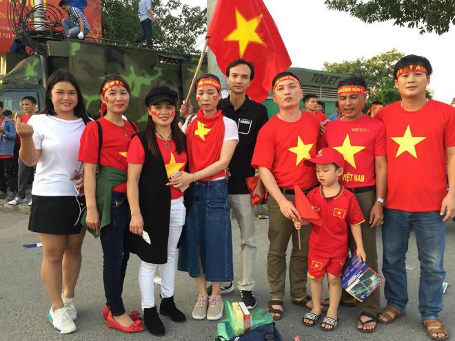 Sau khi con trai tỏa sáng, bố Công Phượng bắt vội chuyến xe đêm từ Hà Nội về quê - 1
