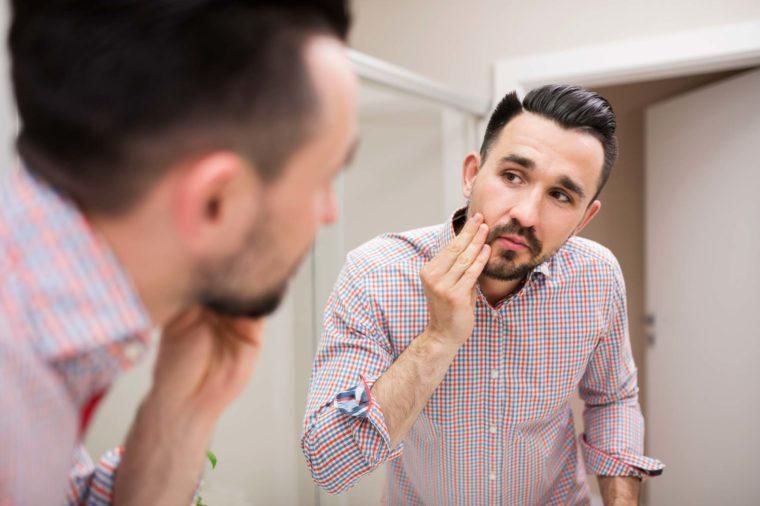 Quý ông tự chẩn đoán bệnh khi ngắm bộ râu của mình - 1