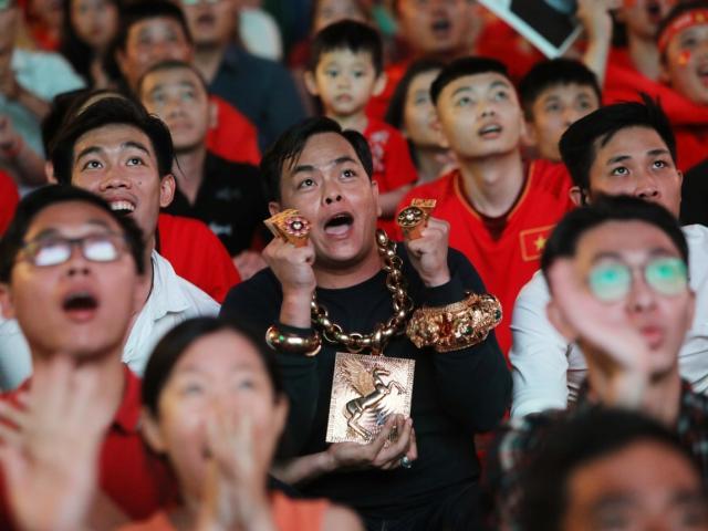 Đại gia Sài Gòn đeo 13kg vàng ra Nguyễn Huệ ngồi xem bóng đá