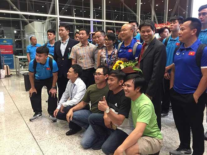 """ĐT Việt Nam đi Malaysia: HLV Park Hang Seo """"gây sốt"""" trên máy bay - 1"""