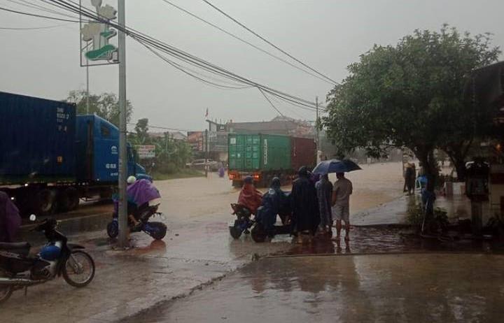 Mưa lớn kéo dài, quốc lộ qua Hà Tĩnh bị chia cắt - 1