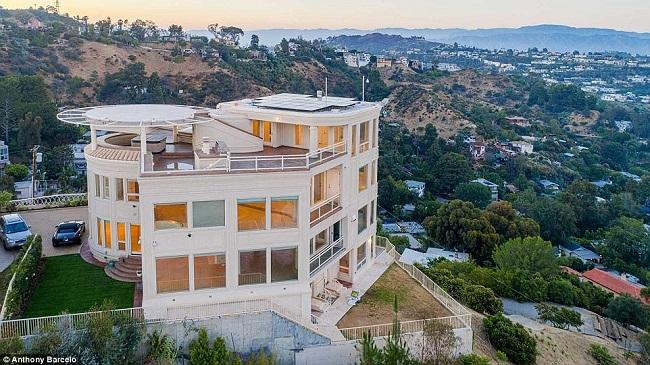 5. Biệt thự Gia đình Corbi: Căn nhà có thiết kế như bước ra từ phim điện ảnh với sân đỗ trực thăng trên mái nhà và cửa sổ chống đạn. Căn nhà còn có cổng vào gắn hệ thống nhận diện sinh trắc học.