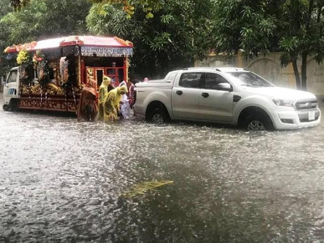 Xót xa xe tang chết máy do mưa lớn nước ngập