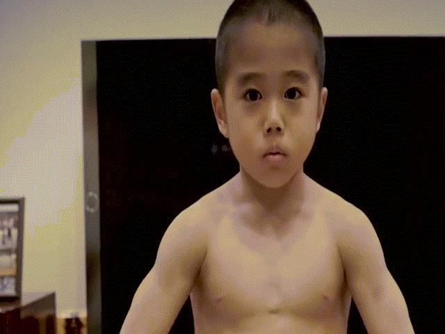 Cậu bé 8 tuổi cơ bắp cuồn cuộn, võ công như Lý Tiểu Long