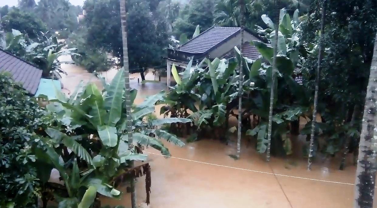 Hàng ngàn nhà dân ở Bình Định bị lũ bao vây, nước chảy qua đập như thác - 1