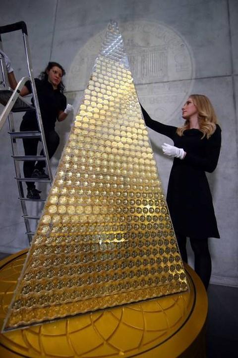 """Chiêm ngưỡng cây thông Noel """"đồng xu vàng"""" trị giá 2,3 triệu euro - 1"""