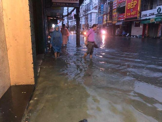 Đà Nẵng phố biến thành sông, hàng loạt nhà dân ngập trong biển nước - 1