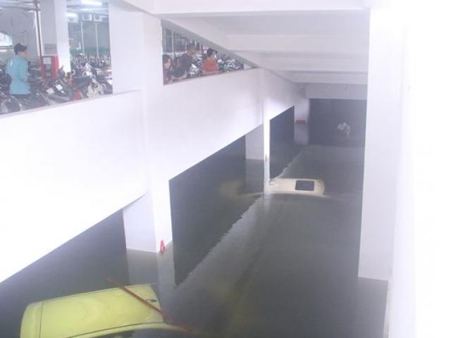 Bơm nước 'giải cứu' ôtô, xe máy ngập trong hầm chung cư Đà Nẵng