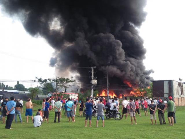 Nhiều lần nhắc nhở, người dân hiếu kỳ vẫn lao vào gần đám cháy để livestream