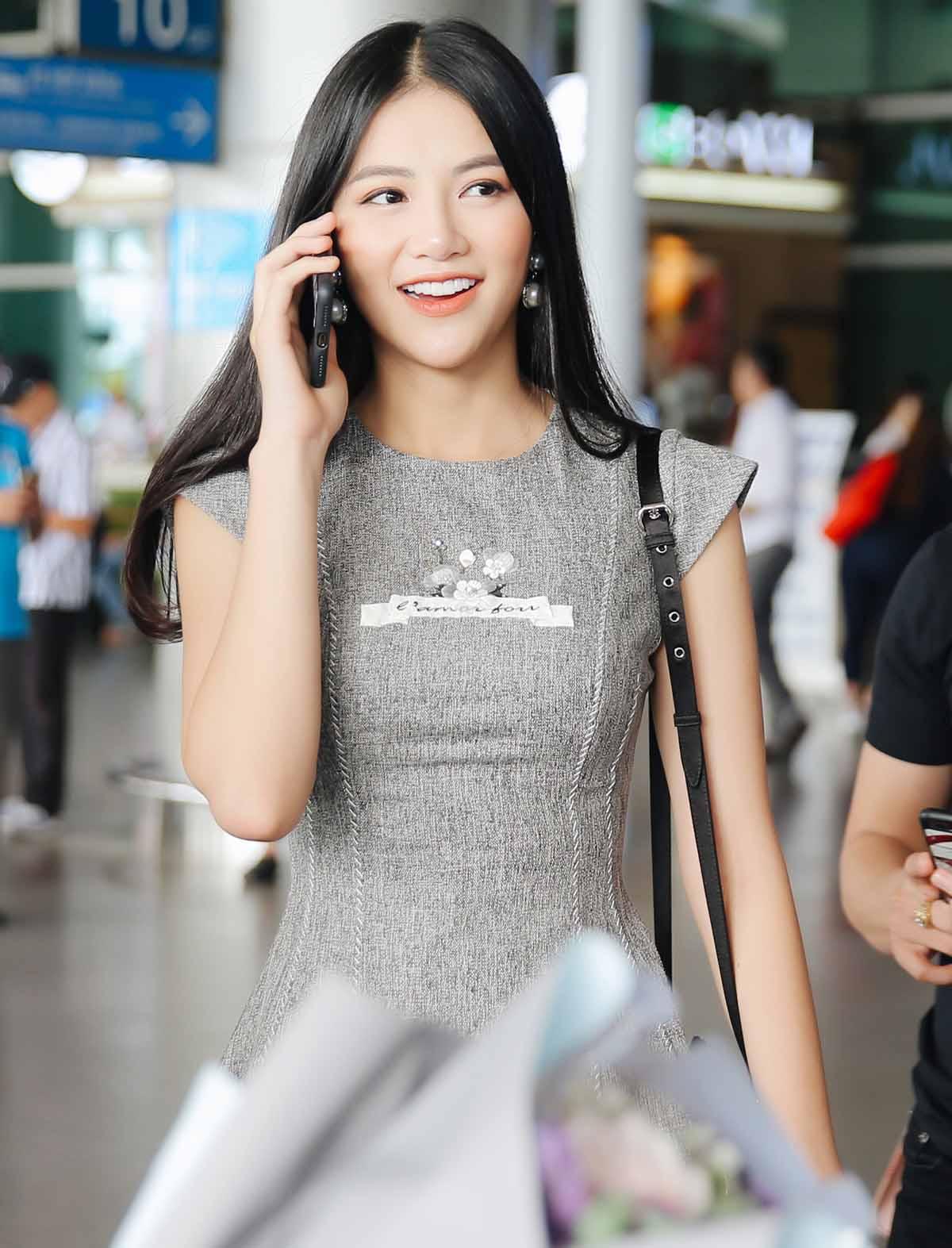 Hoa hậu Phương Khánh ra Tân Sơn Nhất đón 2 người đẹp tiền nhiệm - 1