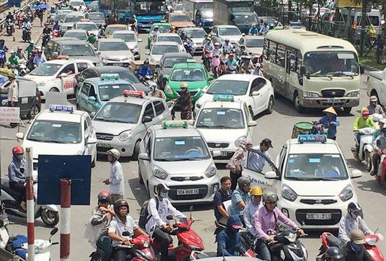 Giá xăng giảm mạnh nhiều lần, cước taxi bất động - 1