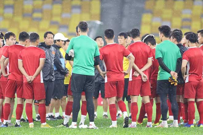 """ĐT Việt Nam tập đấu Malaysia: HLV Park có tin vui, """"luyện công"""" dưới mưa - 1"""