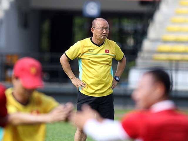 """ĐT Việt Nam tập đấu Malaysia: HLV Park có tin vui, """"luyện công"""" dưới mưa"""