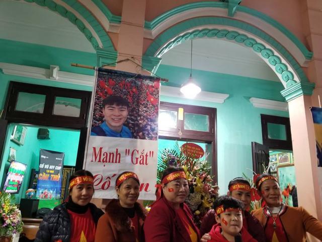 """Bố mẹ Duy Mạnh bất ngờ đón """"vị khách đặc biệt"""" tới nhà cổ vũ ĐT Việt Nam đấu Malaysia"""