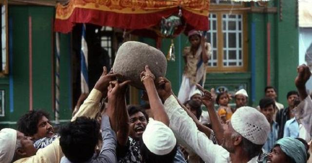 Hàng trăm khách du lịch quỳ lạy một hòn đá gây tranh cãi dữ dội - 1