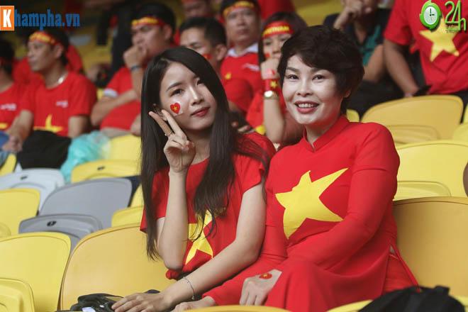 """Chung kết AFF Cup: Fan nữ xinh """"thả tim"""" mơ ĐT Việt Nam hạ Malaysia - 1"""