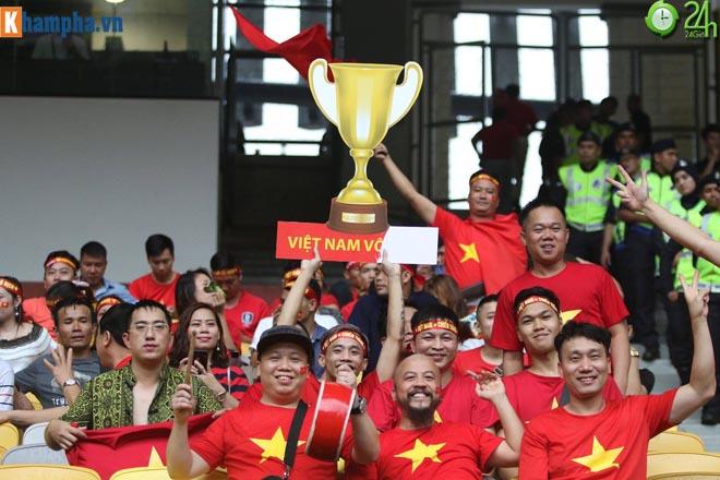 Fan Việt mang cúp vàng, giao lưu CĐV Malaysia chờ tin thắng trận Bukit Jalil - 1