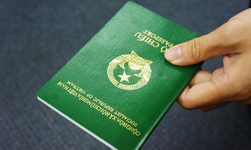 Mới: Bộ Công an đề xuất gắn chíp điện tử vào hộ chiếu - 1