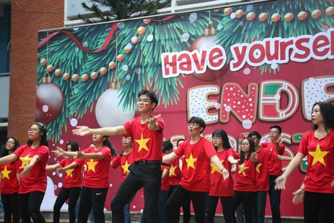 Sân trường ngập sắc đỏ cổ vũ tuyển Việt Nam - 1
