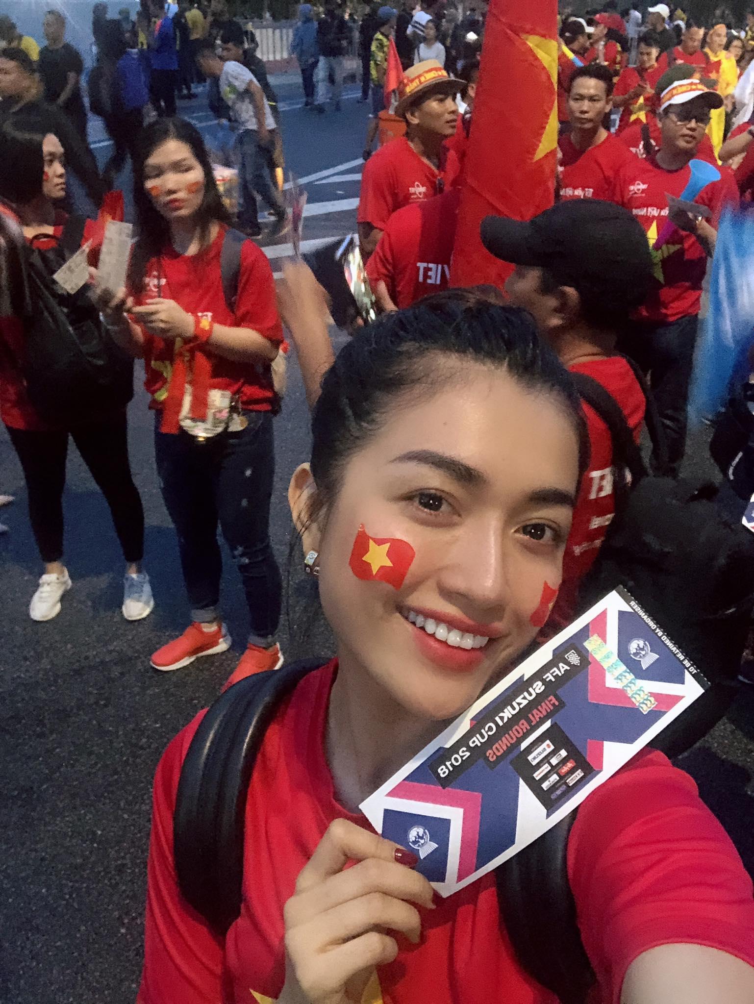 Á hậu Lệ Hằng liều xông vào ngồi giữa cổ động viên Malaysia: Cái kết bất ngờ - 1