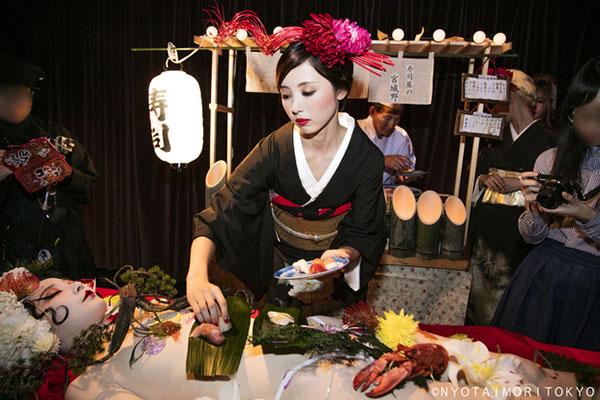 Giới thượng lưu Nhật đổ tiền không tiếc để được thưởng thức sushi khỏa thân - 1