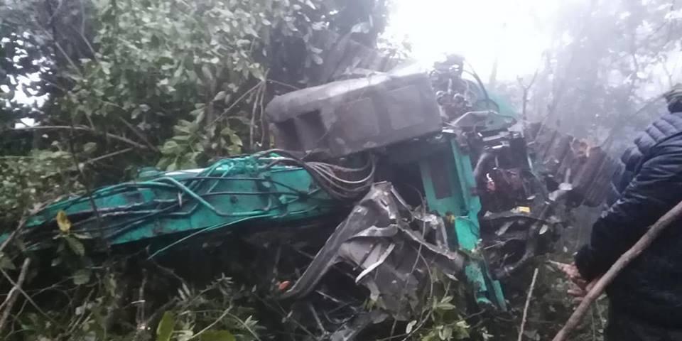 Xe tải chở 4 người lao xuống vực sâu hơn 100m ở Sơn La - 1
