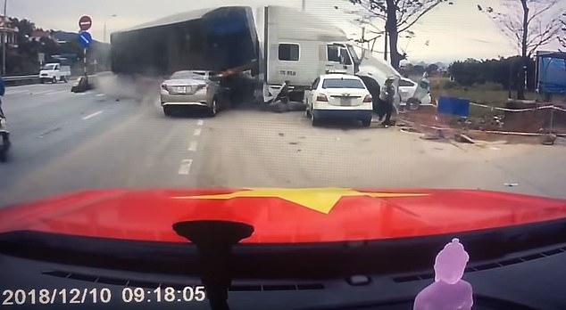 Video xe bồn mất lái uy hiếp tính mạng hai mẹ con ở VN lên báo Anh - 1