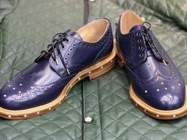 Đôi giày dành cho người thừa tiền: thủng lỗ chỗ mà giá tới gần 300 triệu đồng