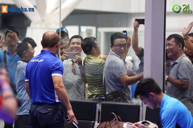 ĐT Việt Nam về nước: Thầy Park hành động hiếm có, fan phát cuồng - 1