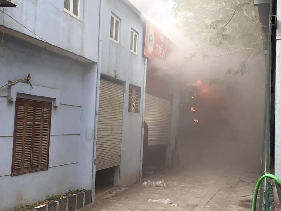 Cháy lớn tại xưởng sửa chữa ô tô sau trụ sở VFF, cột khói bốc cao nghi ngút - 1