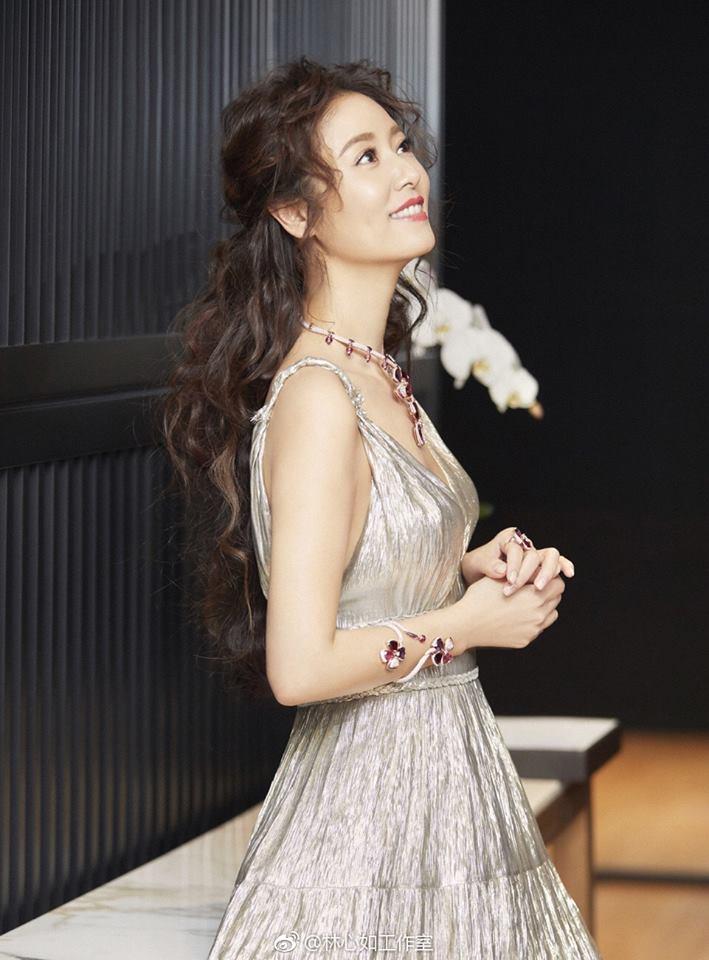 Lâm Tâm Như khâu bớt váy để che chắn vòng một căng đầy ở tuổi 42 - 1