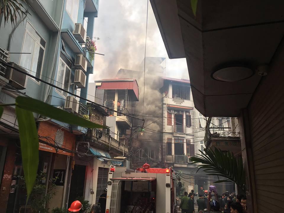 Cháy quán karaoke ở Hà Nội, dân tháo chạy tán loạn - 1