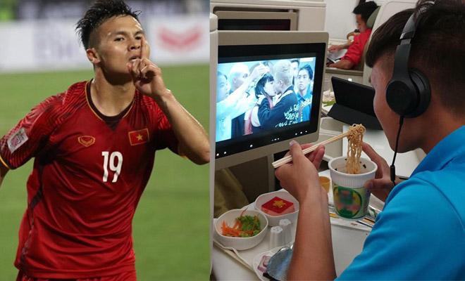 """24h HOT: Quang Hải không rời mắt khỏi cảnh """"khóa môi"""" này trên chuyến bay về VN - 1"""