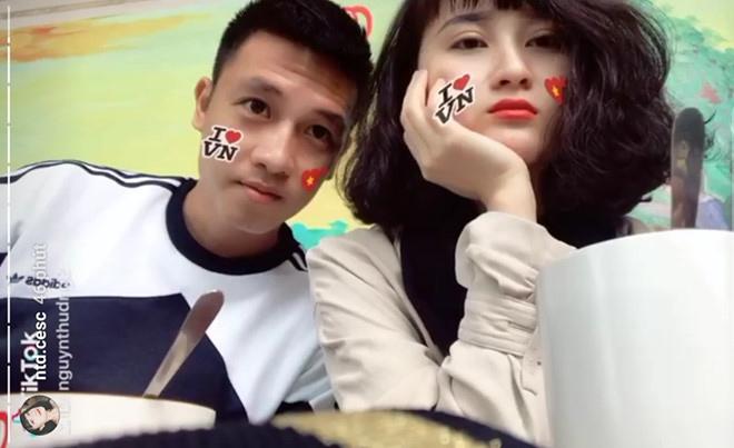 Trước trận chung kết, Huy Hùng hẹn hò bạn gái, Hồng Duy - Văn Đức cắt tóc mới - 1