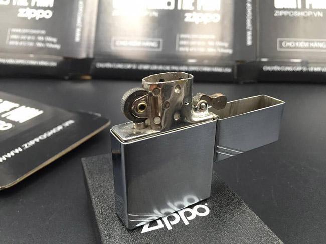 Được sản xuất bởi George G.Blaisdell – một người Mỹ vào năm 1932, Zippo nhanh chóng được trang bị cho lính chiến Mỹ. Chiếc zippo đầu tiên được sản xuất bằng crom và mạ kền.