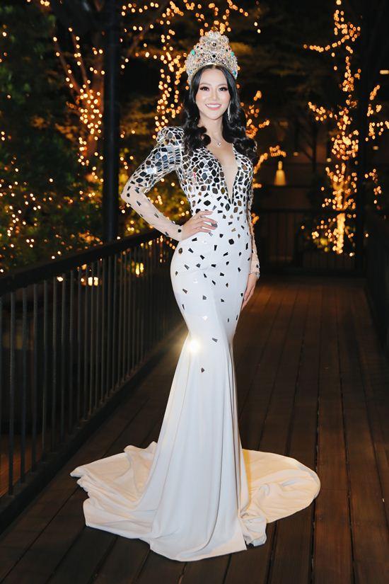 Hoa hậu Trái đất Phương Khánh mặc đẹp nhất tuần với váy đậm màu lễ hội - 1