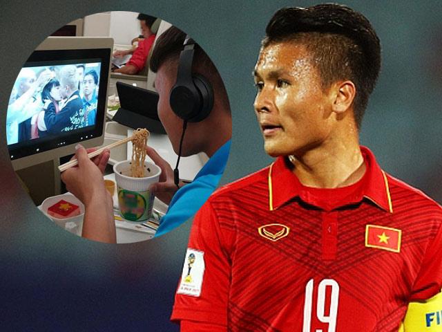 """24h HOT: Quang Hải không rời mắt khỏi cảnh """"khóa môi"""" này trên chuyến bay về VN"""